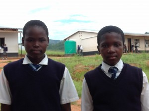 Fortunate och Promise. Två lyckliga flickor som nu får gå i Secondary School, tack vare bidrag från Swazi Children