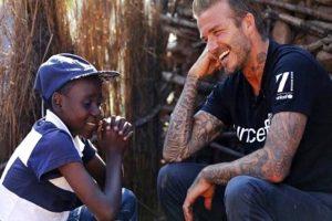 UNICEFs Goodwill-ambassadör David Beckham träffar Sebanelle, 14 år, i Makhewu i Swaziland. Via UNICEF räddas livet på många barn som annars skulle dö.