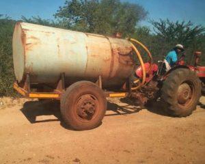 Människor som har tillgång till utrustning som på bilden tjänar pengar på torkan genom att sälja vatten.